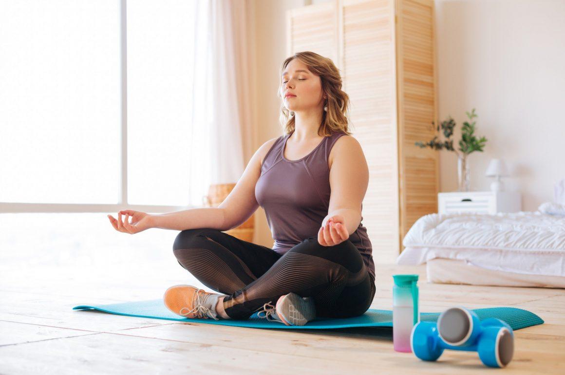 como fazer yoga em casa